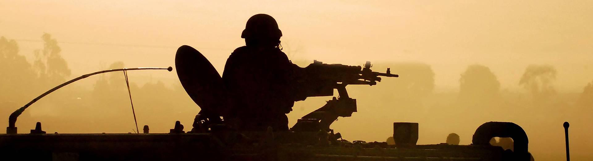 רקע של חייל בטנק מגיש הפונה אל זכות ויוזמה חברה למימוש זכויות רפואיות