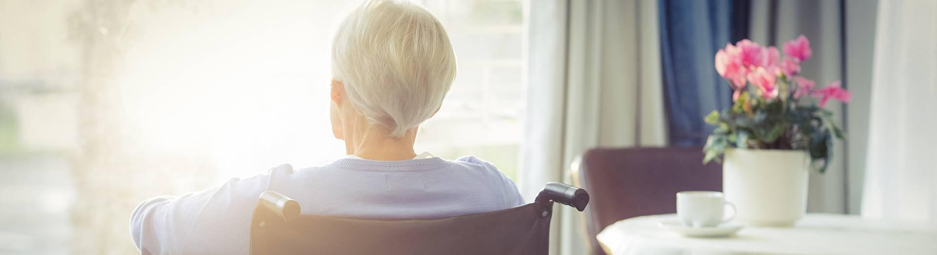 רקע של אישה על כסא גלגלים הפונה אל זכות ויוזמה חברה למימוש זכויות רפואיות