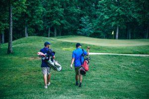 2 גברים עם מרפק גולף