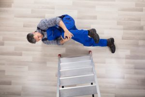 נפילה מסולם בעבודה