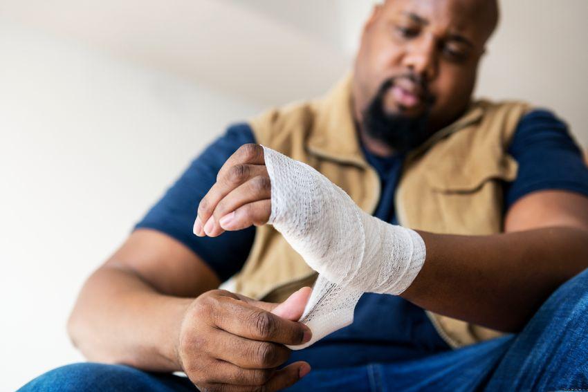 תמונה של אדם סובל לאחר פגיעה בעבודה