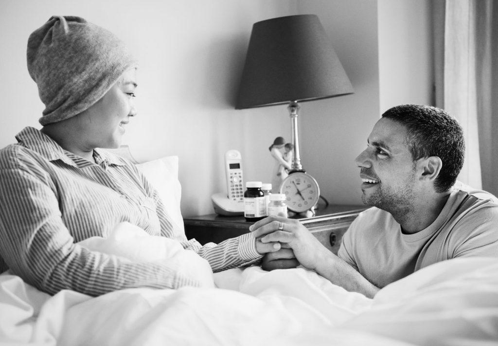 זוג בבית חולים לאחר קבלת פטור ממס הכנסה לחולי סרטן
