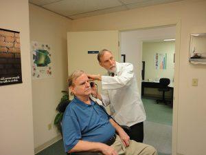 תמונה של רופא מאבחן מחלת מקצוע בחולה