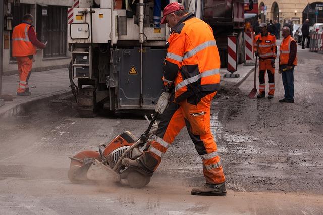 תמונה של עובד סובל ממחלת מקצוע רעש