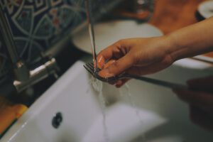 תאונת עבודה שנגרמה עקב שטיפת כלים