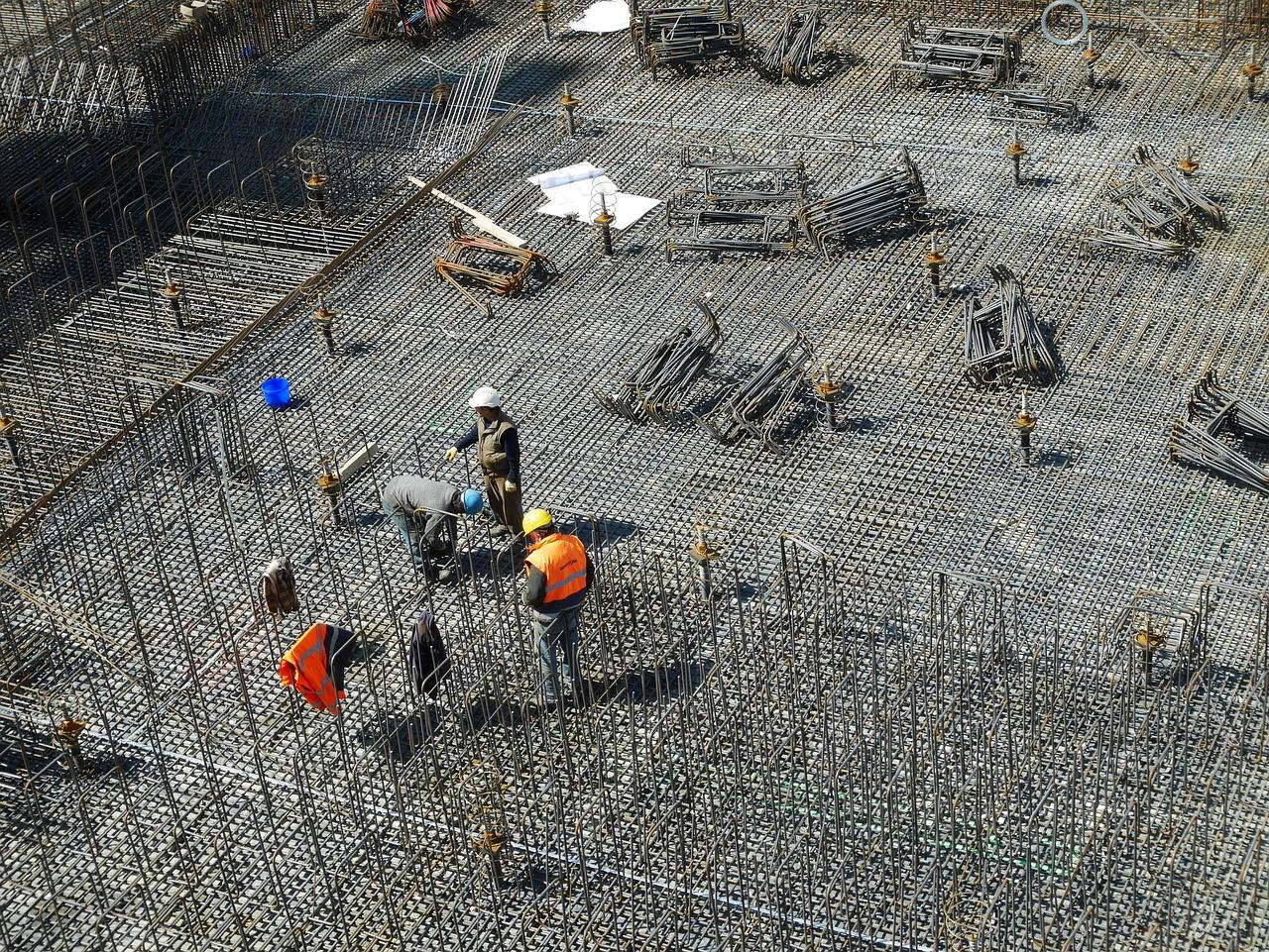 עובדים באתרי בנייה וחשופים לסכנות תאונת עבודה באתרי בניייה
