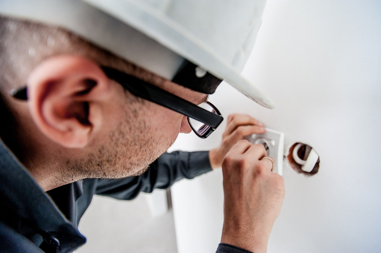 חשמלאי עובד וסובל מהתחשמלות כתוצאה מעבודה